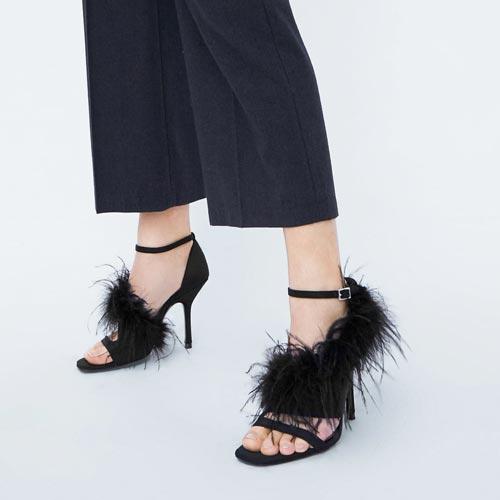 Sandalias con detalle de plumas en el corte