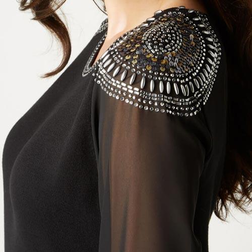 Vestido con aplicación metálica en hombros