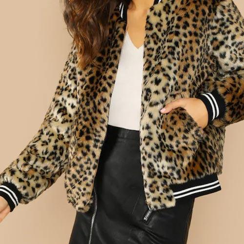 Cazadora con pelito de leopardo y cinta de rayas en puños, cuello y cintura