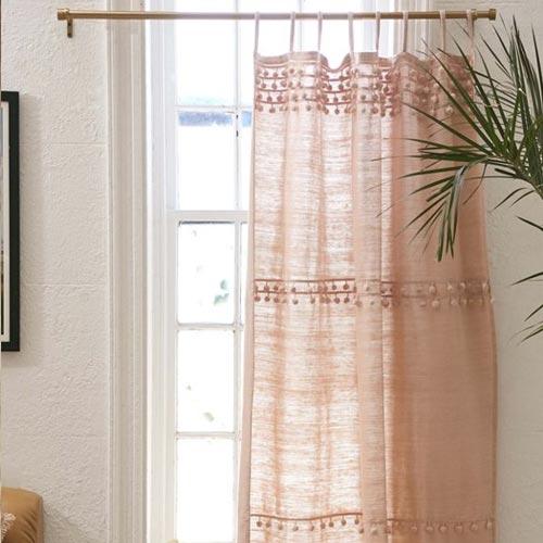 Cortinas de tela de gasa con detalle de madroños / pompones