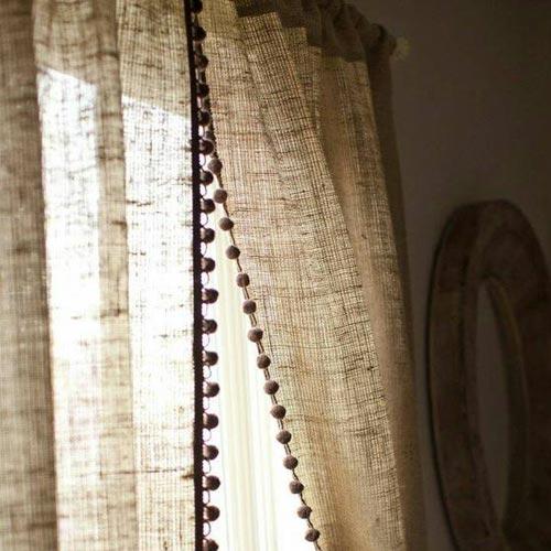Cortinas de tela de saco con detalle de madroños