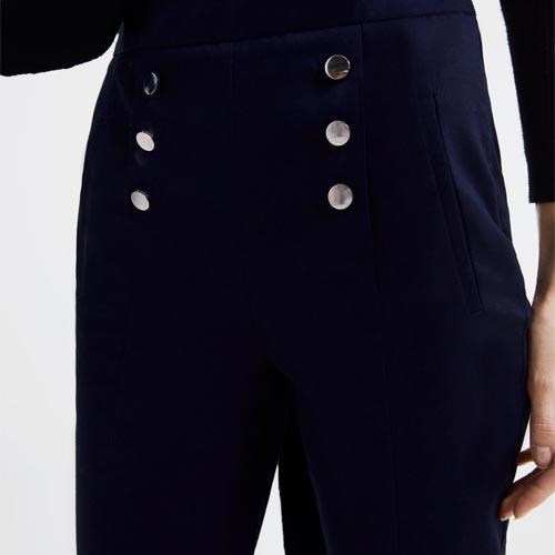 Pantalón con botones metálicos