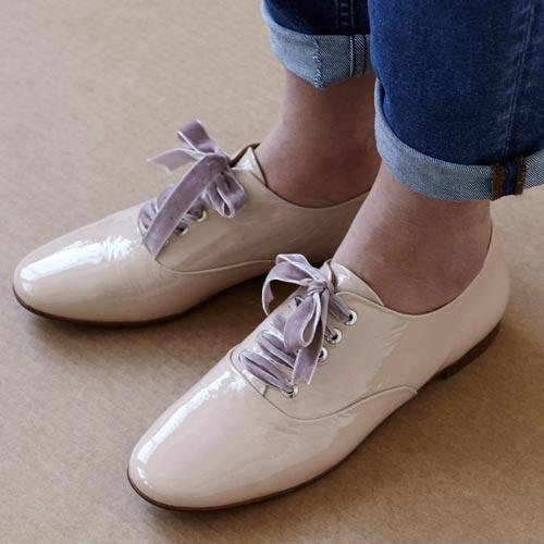 Zapatos de charol con cordones de terciopelo