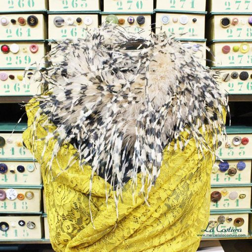 Boa de marabú y pluma de avestruz colocada