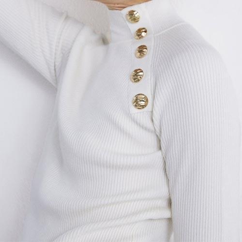 Jersey de canalé con detalle de botones metálicos