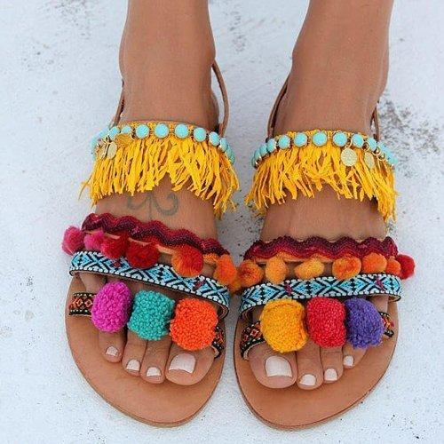 consigue-tu-look-perfecto-para-ir-a-la-playa-vestido-sandalias-playeras