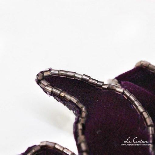 flor-terciopelo-abalorios-berenjena-detalle
