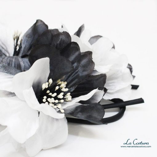 ramillete-flores-blancas-y-negras-detalle