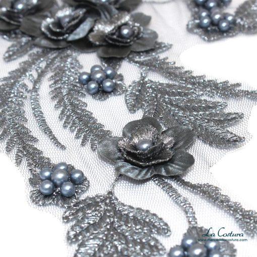 parche-flor-y-rama-con-tul-gris-detalles