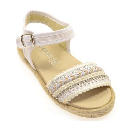 apuesta-por-tu-look-en-blanco-y-customiza-sandalias