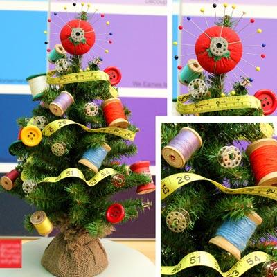 un-adorno-una-postal-y-un-arbol-de-navidad-costura