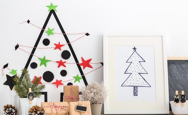 un-adorno-una-postal-y-un-arbol-de-navidad